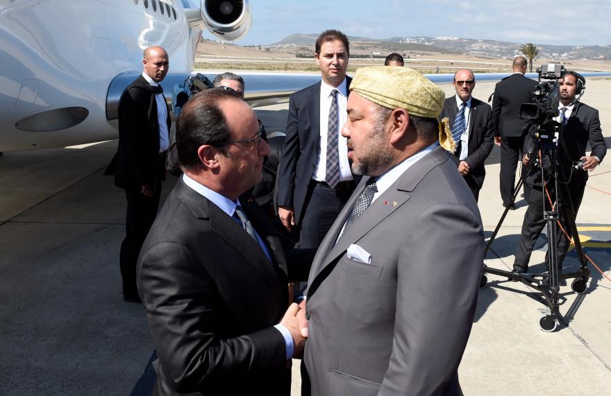 François Hollande est accueilli par Mohammed VI, à son arrivée à l'aéroport de Boukhalef, le samedi 19 septembre 2015.