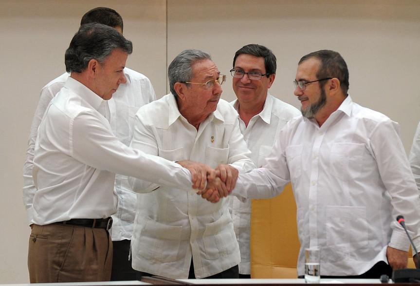 La poignée de mains entre le président colombien Juan Manuel Santos et le chef des Farc, Timoleon Jimenez, le 23 septembre 2015 à la Havane