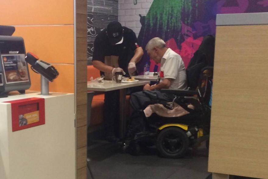 Cet employé de McDonald's a fermé sa caisse pour pouvoir aider un homme en fauteuil roulant