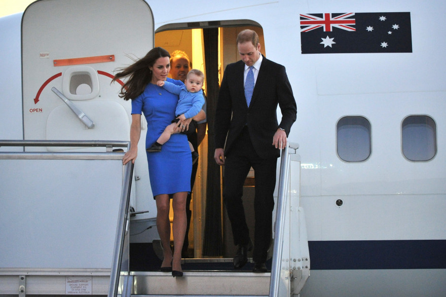 Le duc et la duchesse de Cambridge avec des ses bras le prince George à la sortie de leur avion lors de leur voyage en Australie en avril 2014