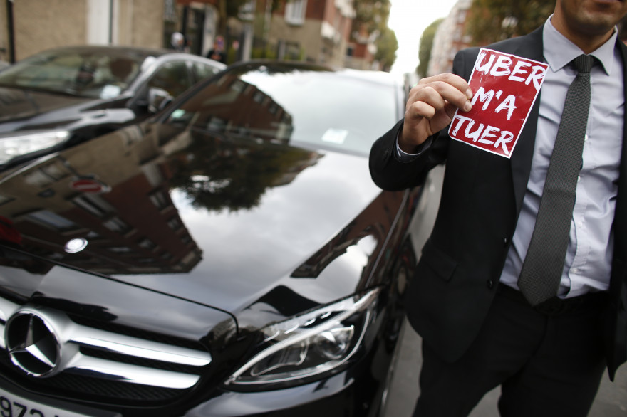 Un conducteur de VTC manifeste contre Uber à Paris, le 13 octobre 2015.