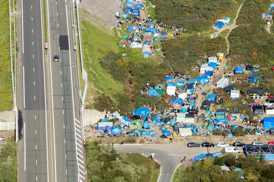 """Une photo aérienne de """"la nouvelle jungle"""" de Calais où vivent 3.500 personnes."""