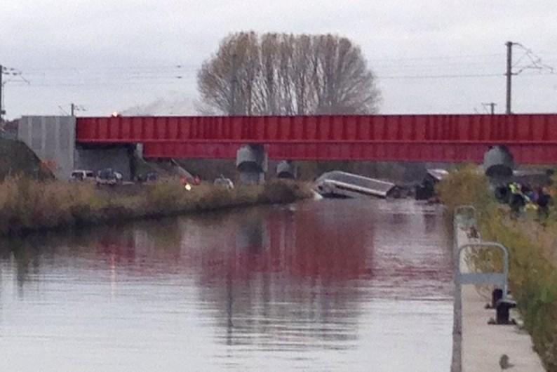 Une partie de la rame est tombée du pont dans le canal