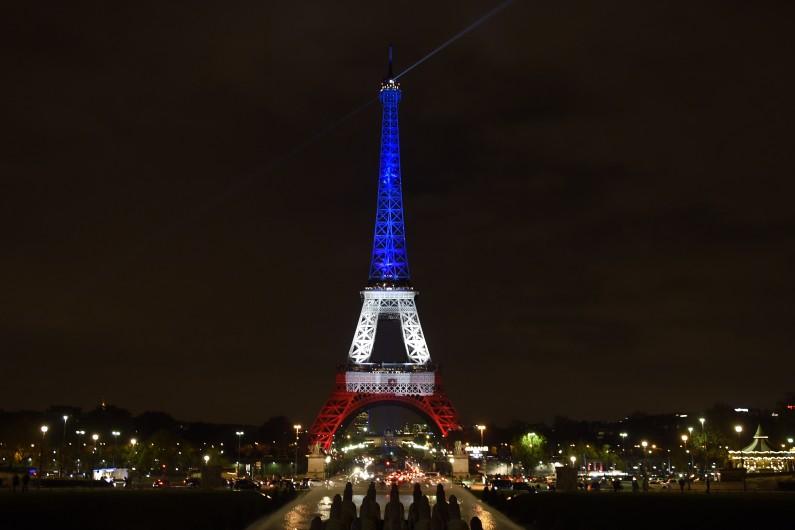 La Tour Eiffel illuminée aux couleurs tricolores bleu-blanc-rouge lundi 16 novembre 2015 de 19h à 1h du matin