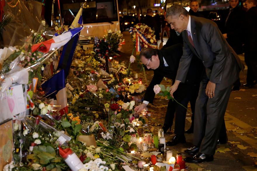 Barack Obama a déposé une rose blanche devant le Bataclan, lundi 30 novembre 2015.