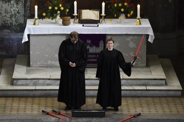 Deux pasteurs à l'église de Zion de Berlin le 20 décembre 2015