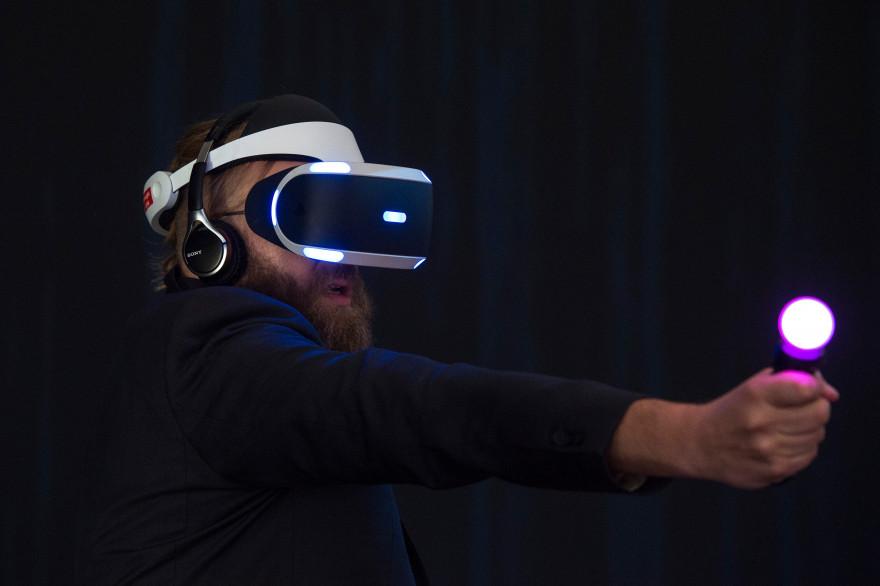 Démonstration du casque de réalité virtuelle de Sony à l'IFA 2015 à Berlin