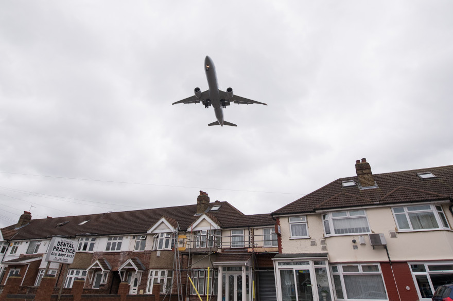 Un avion décolle au dessus de Londres (illustration)