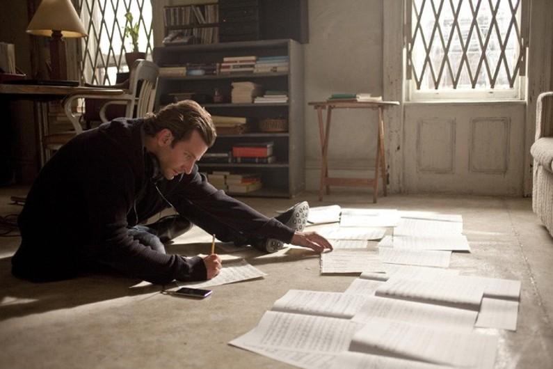 """Dans """"Limitless"""", Bradley Cooper avale une pilule qui booste sa mémoire"""