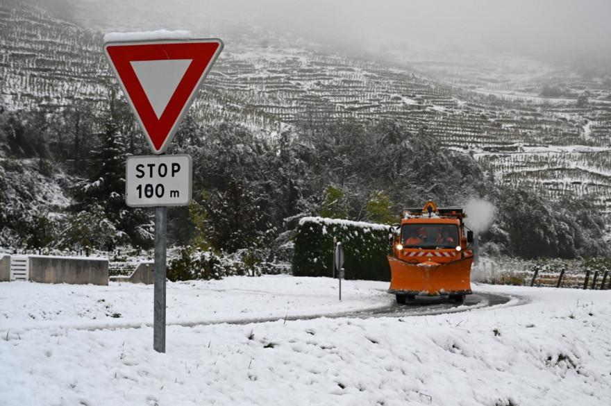 Une route couverte de neige, près de Tournon-sur-Rhone (illustration)