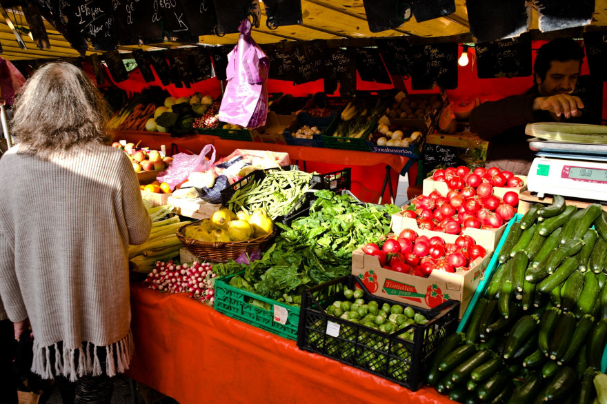 Un stand de légumes dans un marché parisien, le 8 novembre 2015
