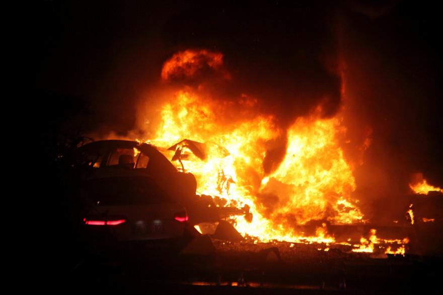 Une voiture brûle à Ankara après une explosion meurtrière dimanche 13 mars 2016