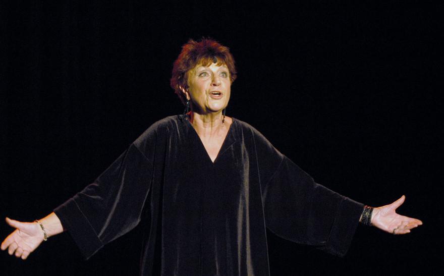 La chanteuse Anne Sylvestre le 4 novembre 2003, sur la scène de l'Auditorium de Saint-Germain à Paris.