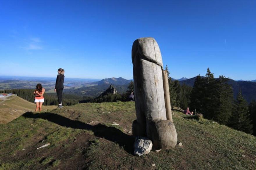La sculpture du pénis en bois, située au sommet du Grünten en Bavière