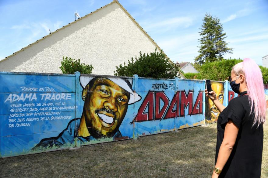 Une fresque à Beaumont-sur-Oise en hommage à Adama Traoré décédé en 2016 après son arrestation.