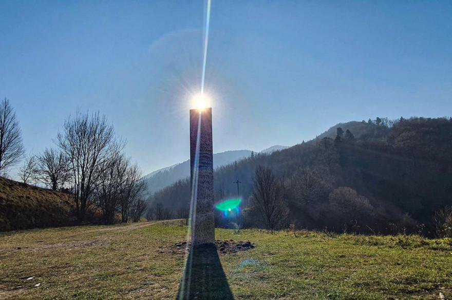 L'étrange monolithe découvert en Roumanie s'élève à quatre mètres de haut