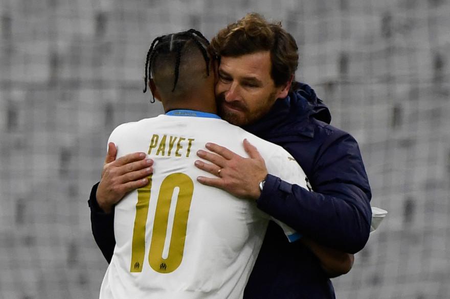 Dimitri Payet serre André Villas-Boas dans ses bras après la victoire (2-1) obtenue face à l'Olympiakos