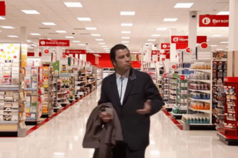 """La scène où John Travolta rentre dans une pièce dans """"Pulp Fiction"""" a été détournée sous forme de gif"""
