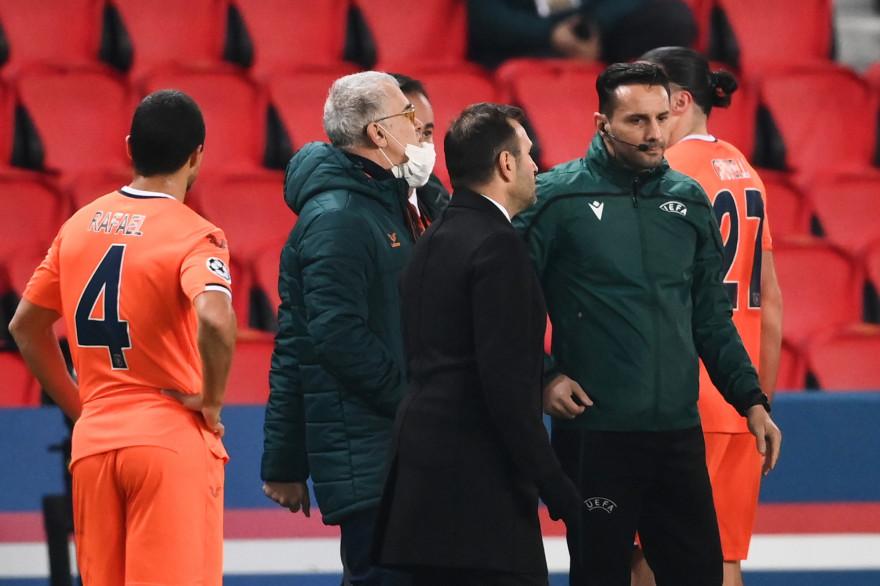 Le coach de Basaksehir Okan Buruk et le 4e arbitre Sebastian Coltescu le 9 décembre 2020
