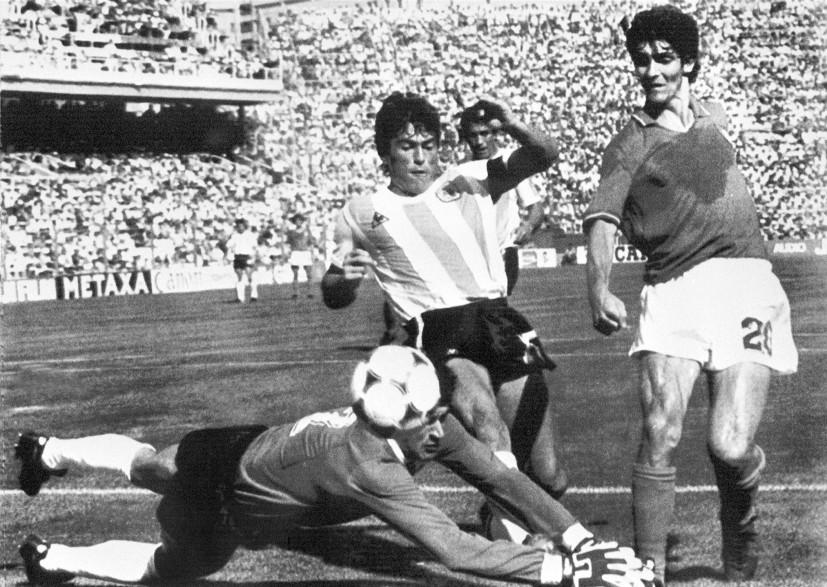 Le footballeur Paolo Rossi (à droite) lors du Mondial 82, dans un match contre l'Argentine