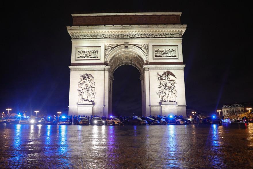 Une centaine de policiers se sont rassemblés devant l'Arc de Triomphe à Paris, le 14 décembre 2020