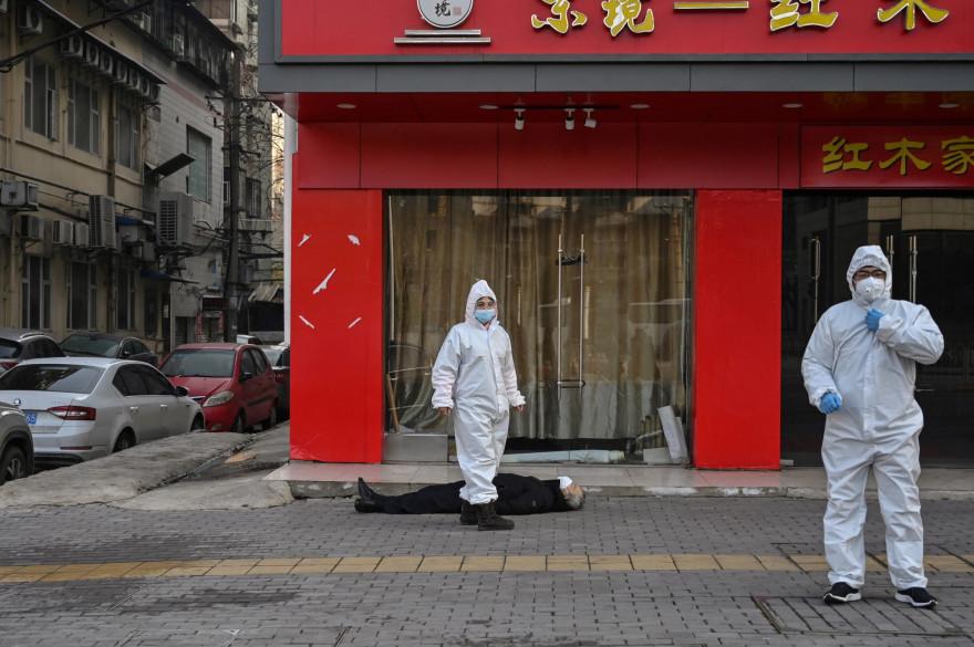 Le 11 janvier, après l'apparition d'une mystérieuse pneumonie à Wuhan, en Chine, Pékin annonce le premier mort officiel d'une maladie ultérieurement baptisée Covid-19. En avril, la moitié de l'humanité est confinée pour prévenir sa propagation.