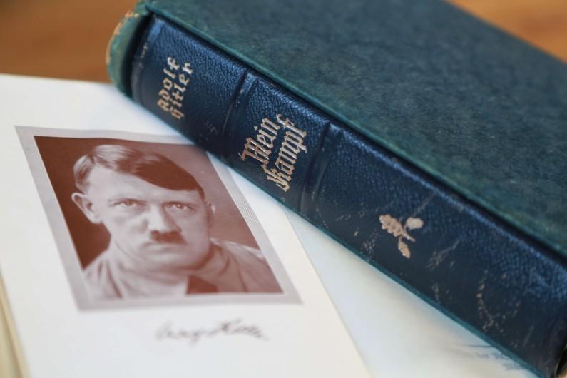 """La réédition de """"Mein Kampf"""" est un succès en librairie en Allemagne"""