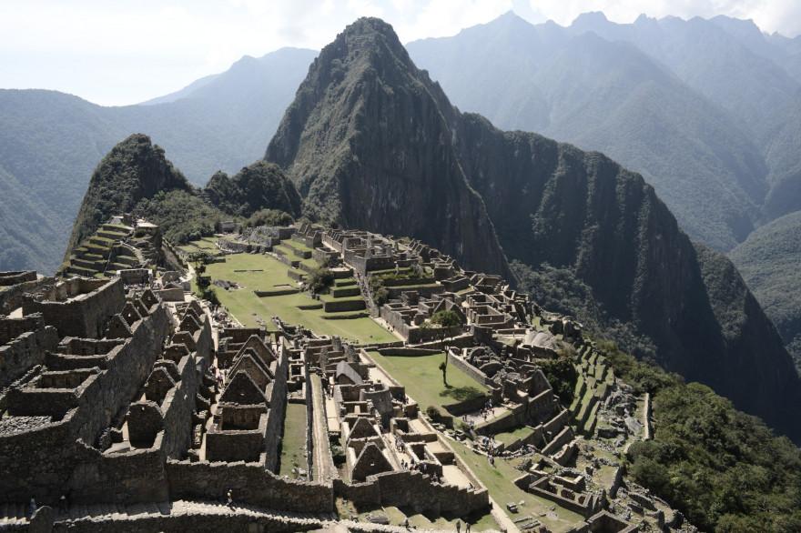 Le Machu Picchu s'élève à 2,430 mètres. Lieu touristique incontournable, c'est l'endroit le plus visité du Pérou. Il représente le point de rencontre entre le bassin amazonien et les Andes péruviennes. Un sanctuaire historique se trouve à son sommet.