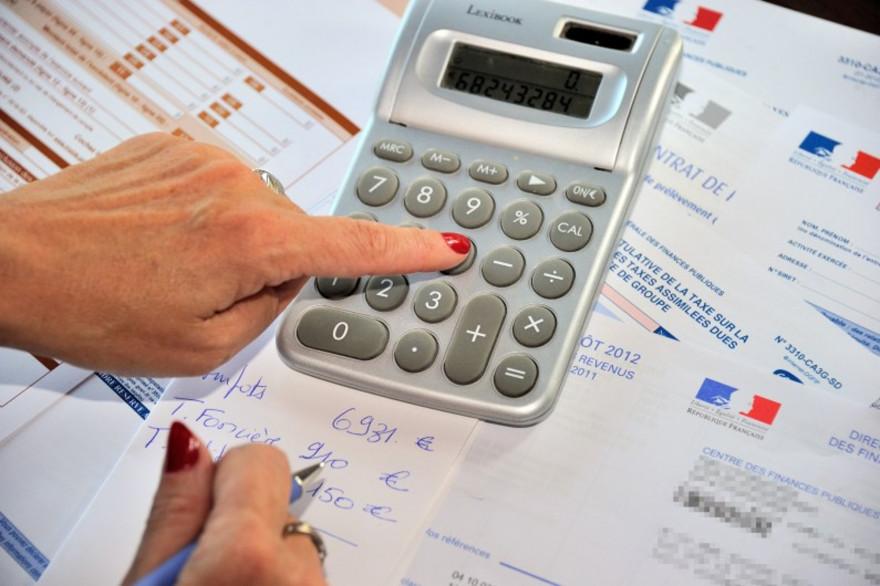 Une femme réglant ses impôts sur le revenu (illustration)