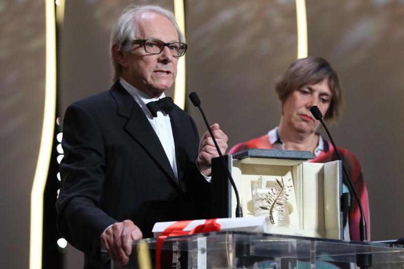Ken Loach recevant sa Palme d'or au Festival de Cannes, le 22 mai 2016