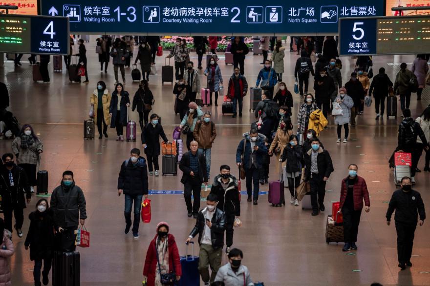Des mesures de dépistage ont été déployées dans les gares, comme ici, à Pékin.