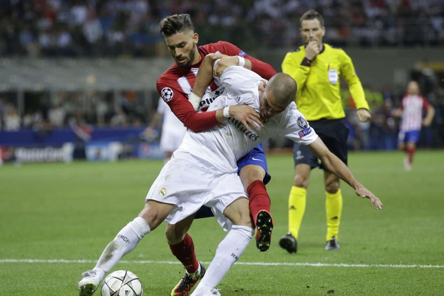 Pepe à la lutte avec Ferreira Carrasco samedi 28 mai 2016 à Milan