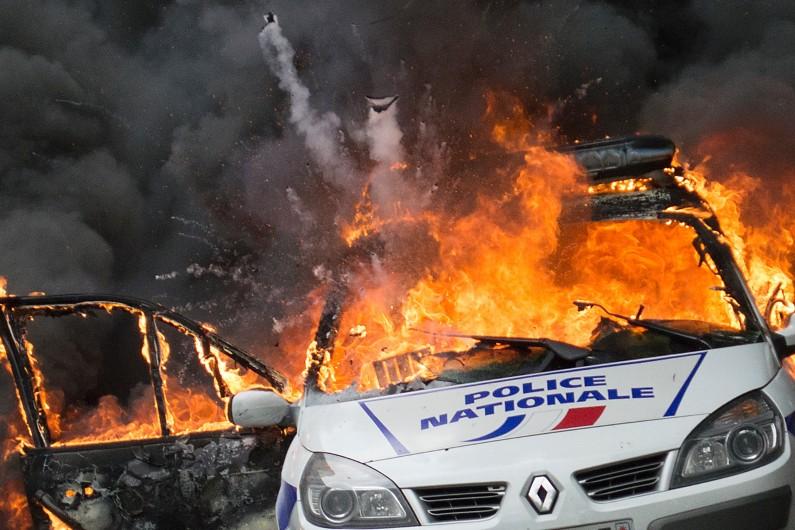 Manifestation : une voiture de police, avec deux policiers à bord, incendiée à Paris