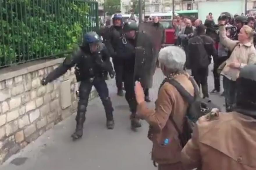 Le policier jetant une grenade de désencerclement à Paris, le 26 mai 2016