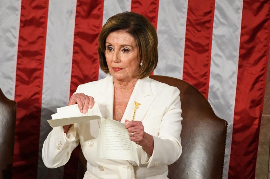 La cheffe démocrate Nancy Pelosi déchire le discours de Donald Trump.