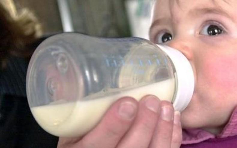 Un nourrisson qui boit du lait (illustration)
