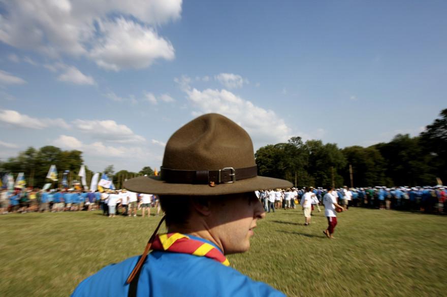 Un responsable devant un rassemblement de scouts (illustration)