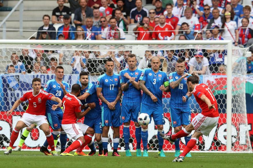 Gareth Bale tire et marque sur coup franc samedi 11 juin à Bordeaux