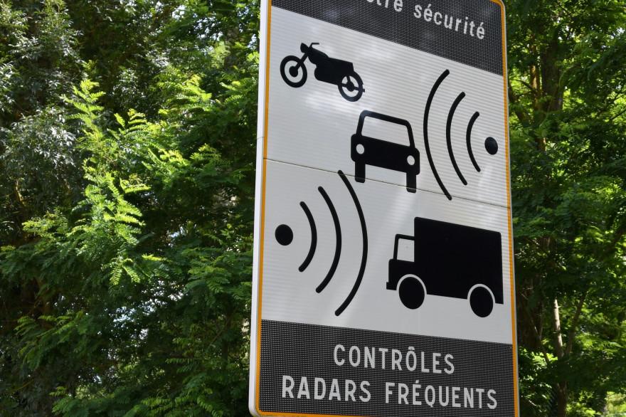 Un panneau indiquant la présence d'un radar sur une route française (illustration)
