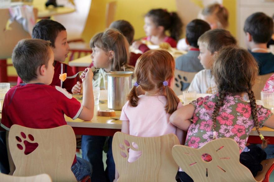 Des élèves mangent dans une cantine d'école, en France (illustration)