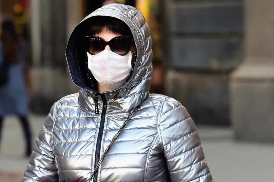 Une Italienne porte un masque en pleine épidémie du coronavirus (Illustration)