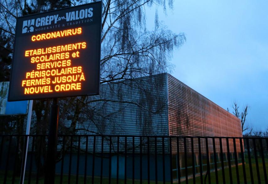 Un panneau informe que les écoles sont fermées à cause du coronavirus à Crépy-en-Valois le 2 mars 2020