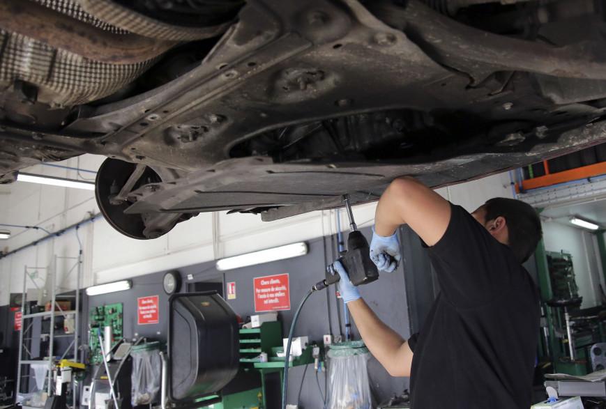 Un garagiste effectuant la révision d'un véhicule