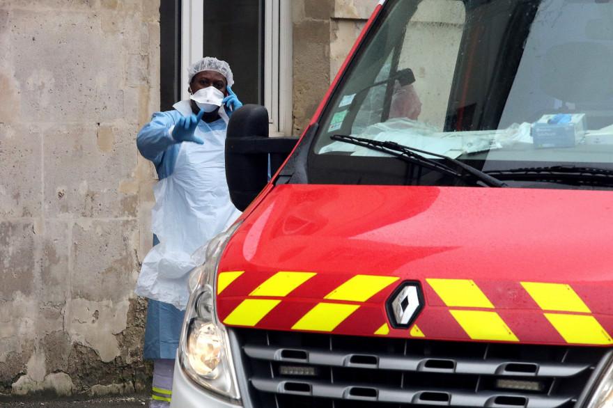 Une infirmière de Crépy-en-Valois porte un masque face au coronavirus (illustration)