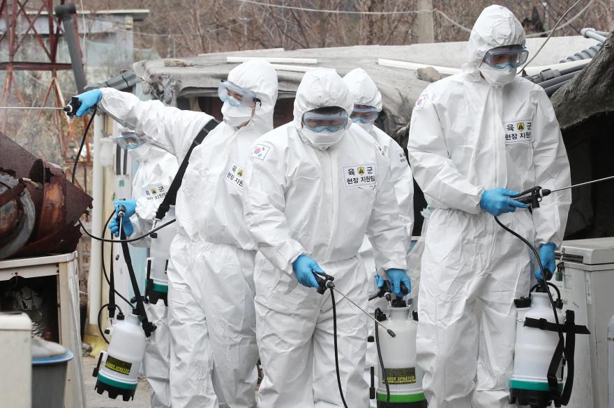 Des soldats sud-coréens désinfectant avec du spray afin de lutter contre le coronavirus.