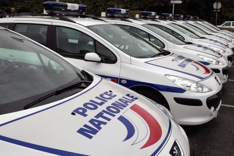 Des voitures de police stationnées (illustration)