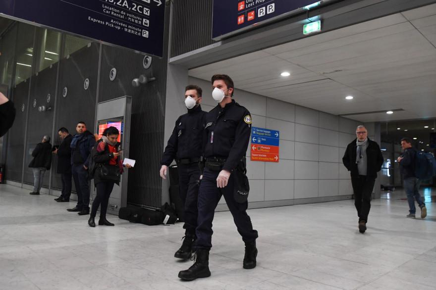 Des policiers portent des masques lors de l'épidémie de coronavirus à l'aéroport Roissy-Charles de Gaulle, le 26 janvier 2020
