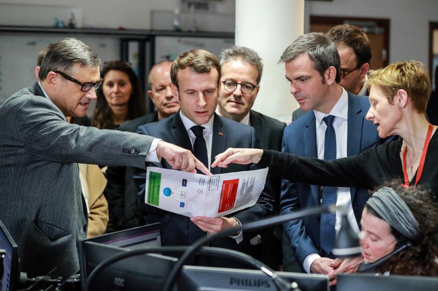 Emmanuel Macron et Olivier Véran, à l'hôpital Necker le 10 mars 2020