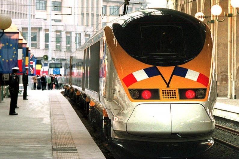 Le premier Eurostar inaugure le tout nouveau tunnel sous la Manche, le 6 mai 1994