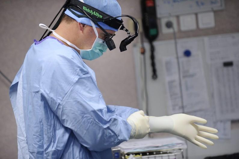 Un chirurgien au Centre hospitalier universitaire d'Angers en octobre 2013 (photo d'illustration).